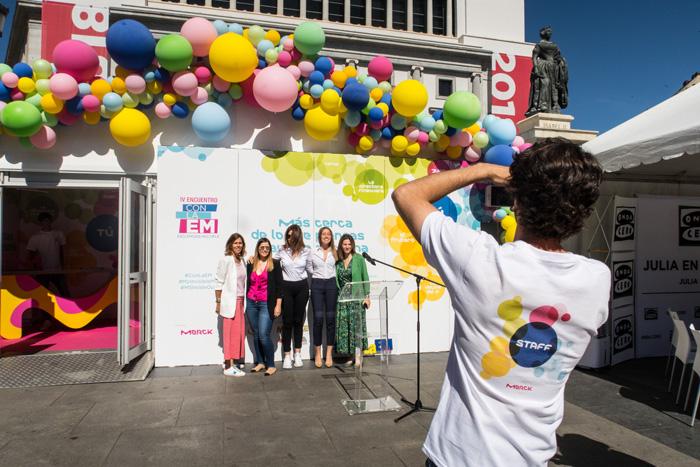 Asistentes posando en la puerta del diseño para campaña de concienciación