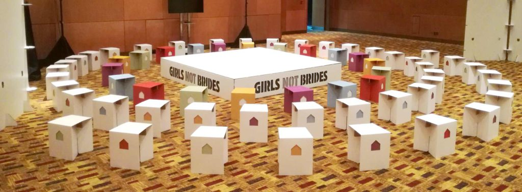 girls not brides evento global carton taburetes