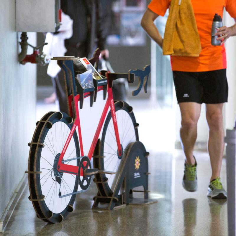 expositor con forma de bicicleta para folletos