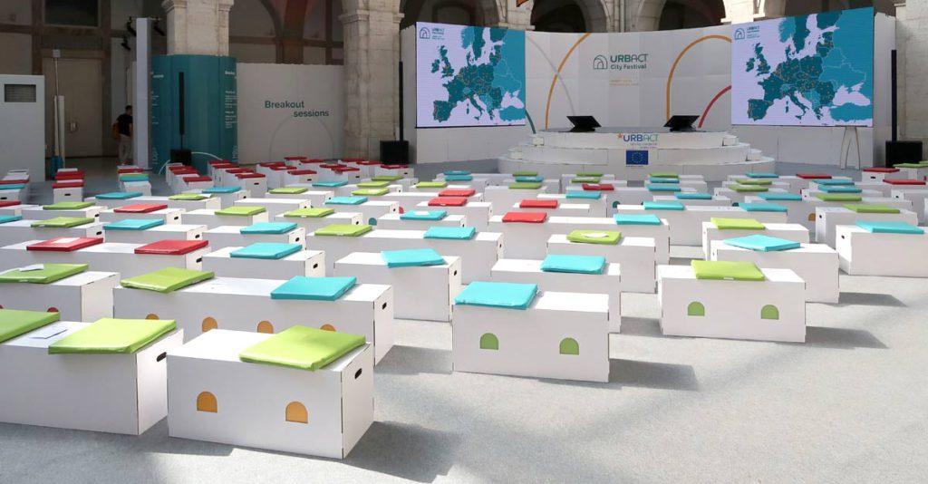 taburetes carton personalizados escenario urbact