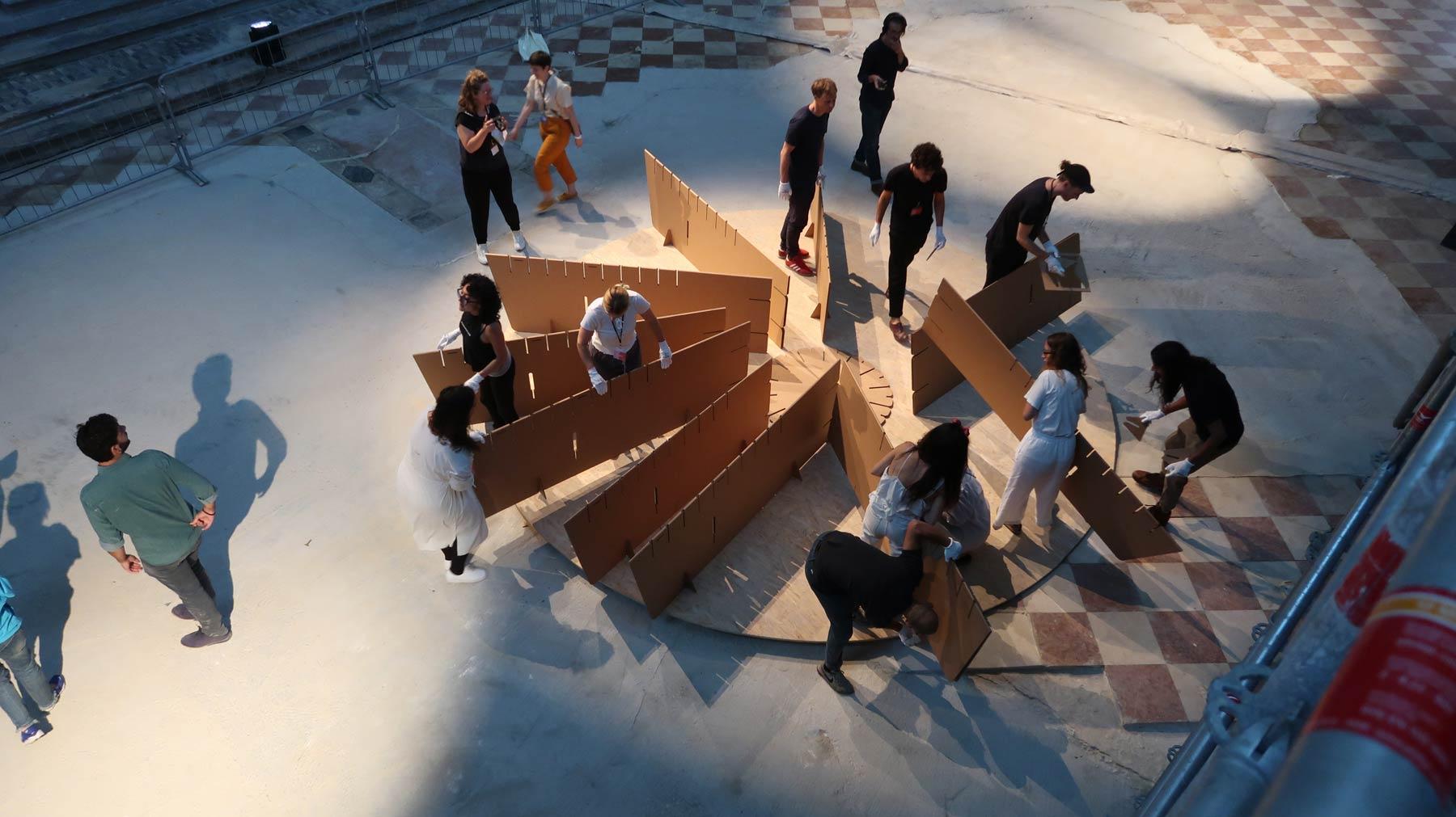 montaje estructura escenografia de carton venecia