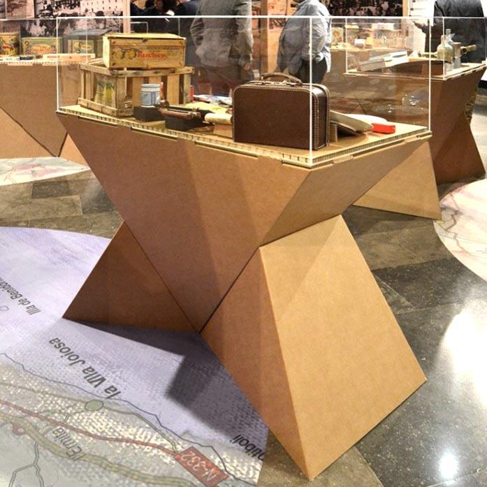 mostrador peana exposiciones carton