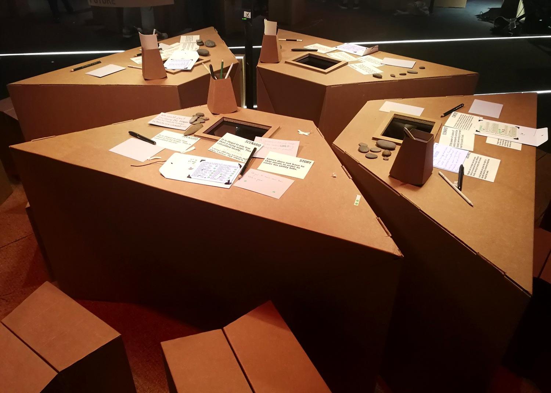 mesas de carton para reuniones escenografia