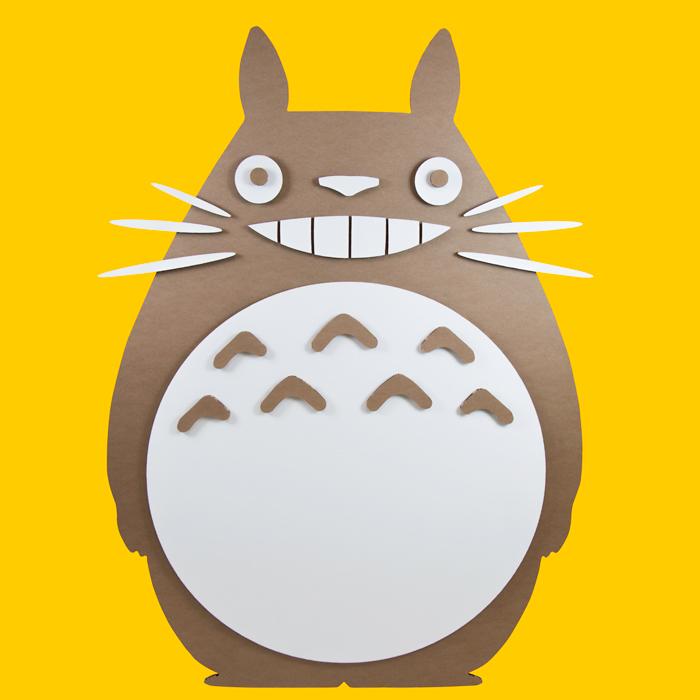 Figura de Totoro de cartón en nuestro estudio