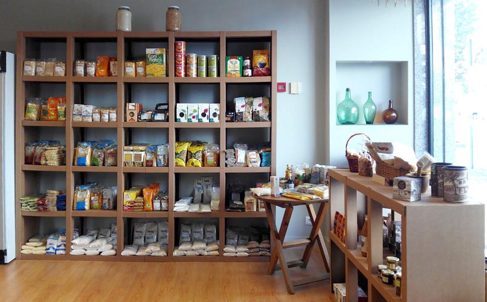 Mobiliario de cartón para interiorismo en tienda gallega
