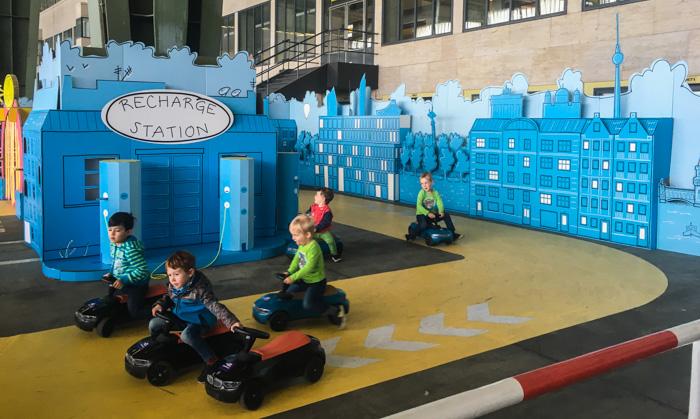 Niños jugando con circuito en el ejemplo de diseño de eventos sostenibles