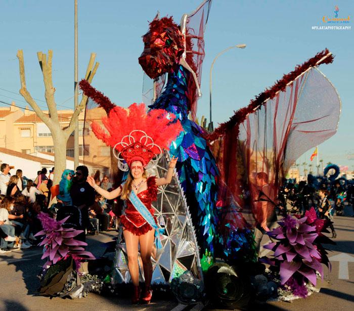 El dragón gigante de cartón en pleno desfile de carnaval