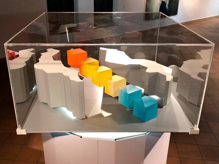 Cubos de colores de instalación artística en cartón
