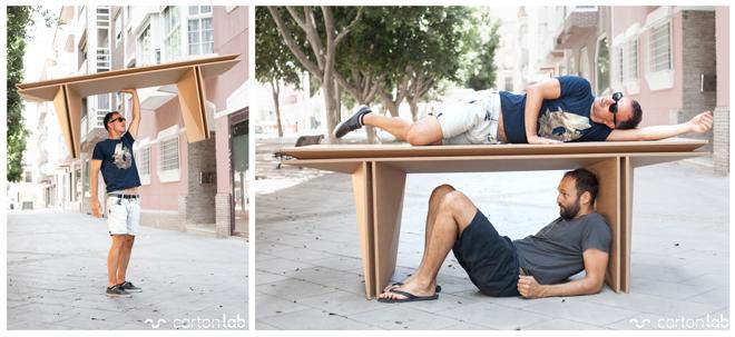 personas disfrutando de una mesa de cartón