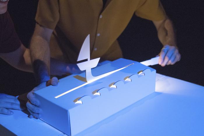 Barco pequeño y oleaje del diseño de escenografía pop up