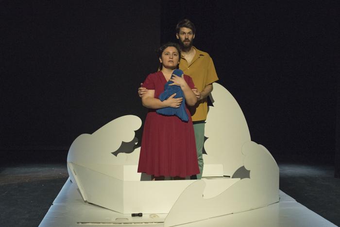 Los actores sobre la barca del diseño de escenografía pop up