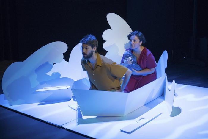 Actores dentro de la barca del diseño para escenografía pop up