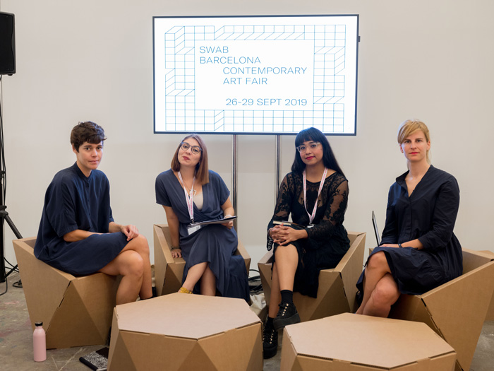 Mesa redonda con muebles para eventos culturales Faceta