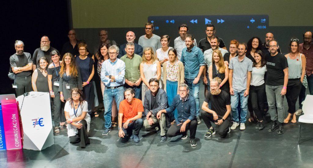 Foto de grupo junto a diseño personalizado para eventos