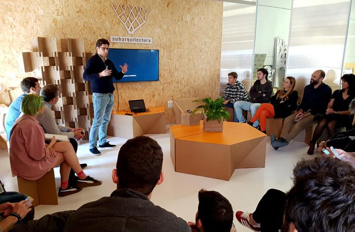 Momento de Charlas en Cartonlab con Subarquitectura