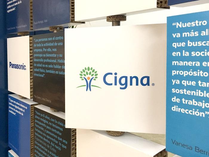 Detalle de panel giratorio de cartón Cigna