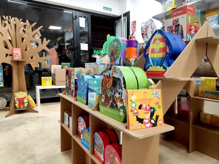 Diseño en cartón para librerías en Sevilla
