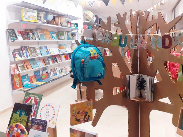 Árbol decorativo en librería Fabulando