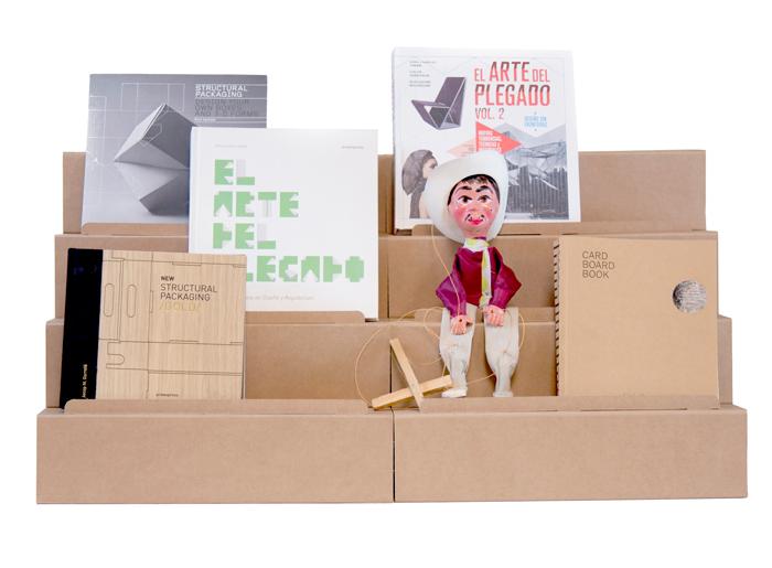 Expositor escalonado mini con libros y objetos