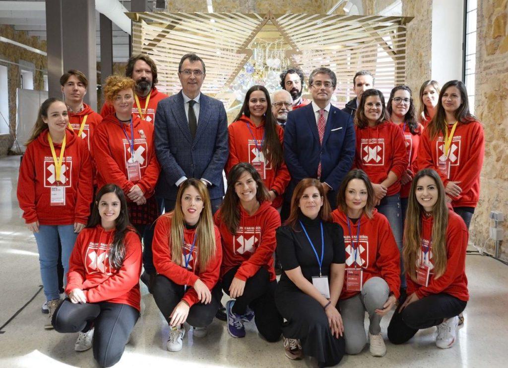 Foto de grupo de los participantes en salones navideños