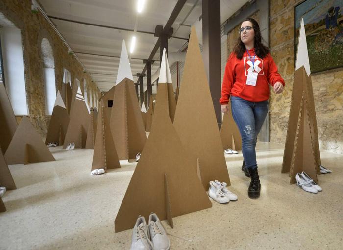 Participante recorriendo la instalación de cartón