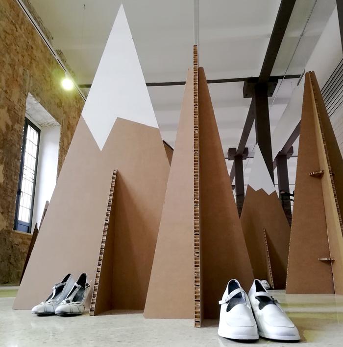 Detalle de zapatos de intervención artística en cartón