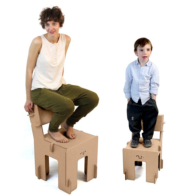 Modelos posando con sillas Taray, senior y junior