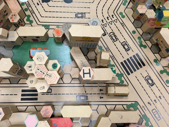 Vista aérea de la ciudad del taller infantil de construcción en cartón