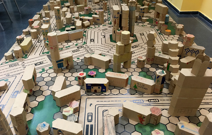 Vista general de la ciudad de cartón del taller infantil navideño