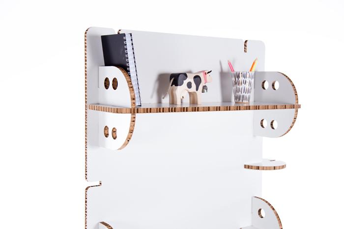 Detalle de Panellone blanco con objetos.