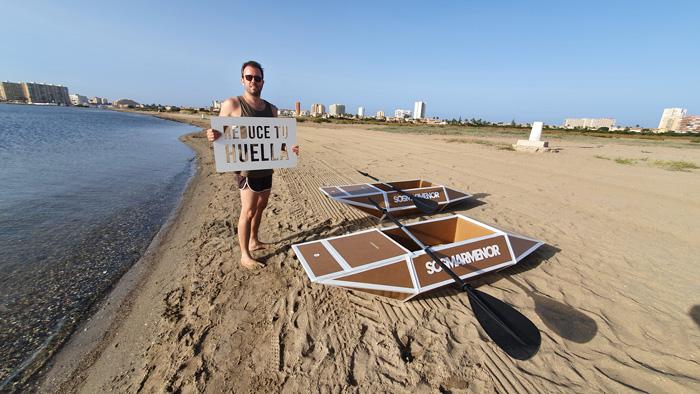 Pablo García con el cartel Reduce tu huella.