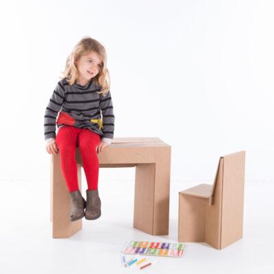 Niña sentada mesa plegable