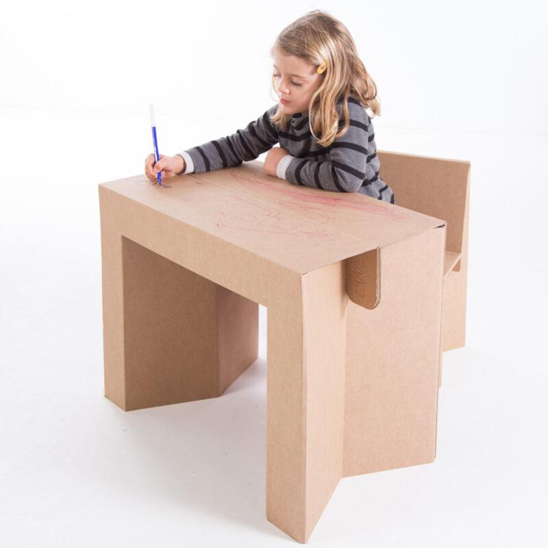 Niña trabajando mesa plegable