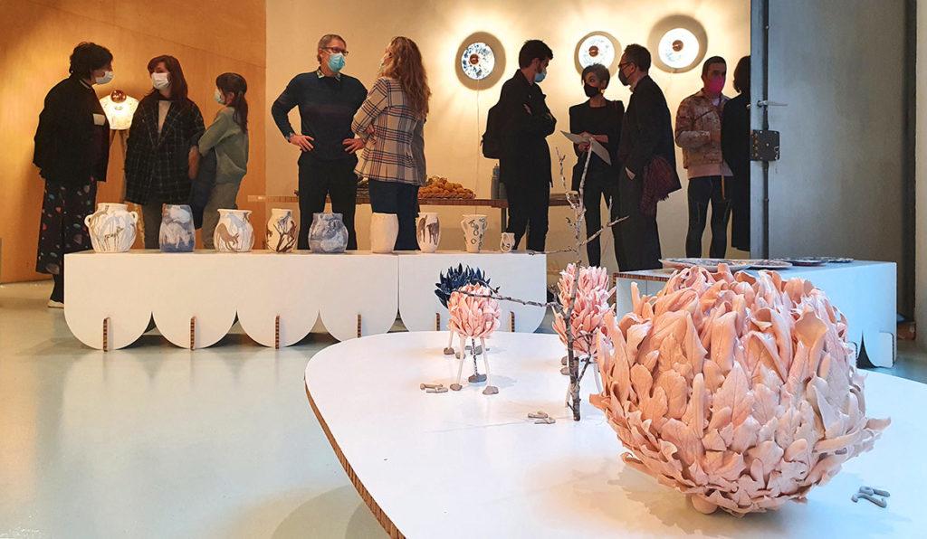 peanas de la exposición delamorylabelleza inauguración