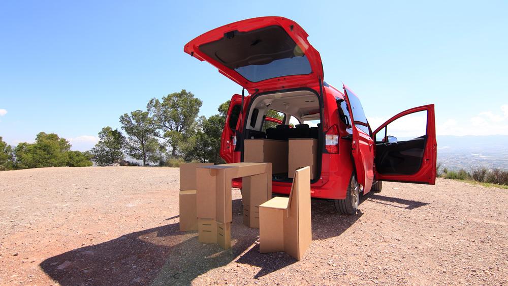 Camperizar furgonetas con cartón. Mesa y sillas.