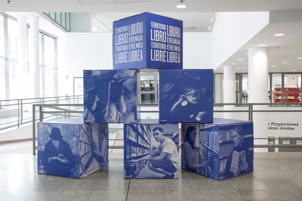 Diseño de exposiciones culturales en cartón. Cubos de cartón